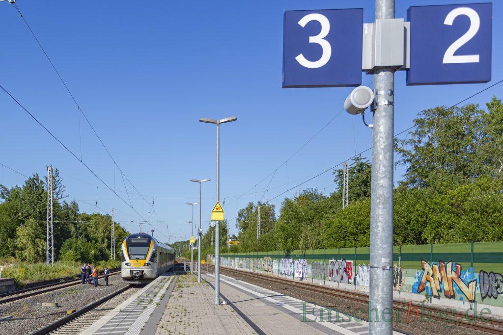 Der Notfallmanager der Bahn diskutiert mit Beamten der Bundespolizei neben dem betroffenen Zug, wie es nach dem Schadensfall weitergehen soll. (Foto: P. Gräber - Emscherblog)