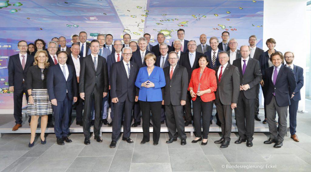 Landrat Michael Makiolla (links hinter der Bundeskanzlerin) auf der Landrätekonferenz im Kanzleramt. (Foto: Bundesregierung / Eckel)