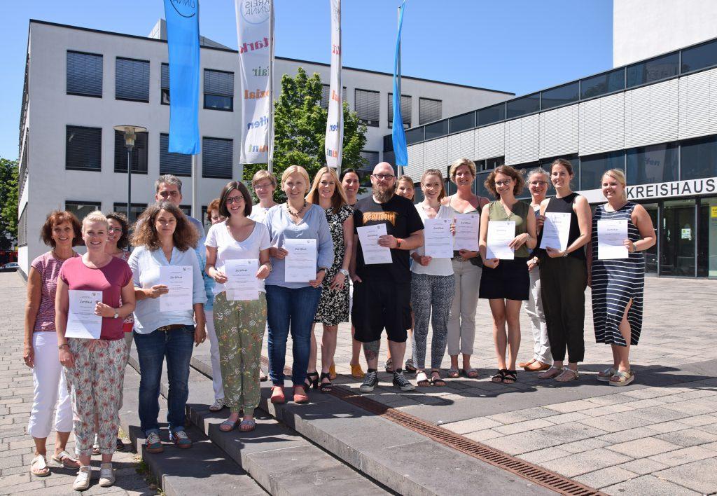 Die LRS-Experten mit den Zertifikaten und Vertreterinnen und Vertretern aus dem Schulamt für den Kreis Unna und der Schulpsychologischen Beratungsstelle. (Foto: Max Rolke - Kreis Unna)