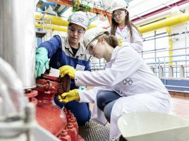 """Spannende Experimente aber auch Einblicke in die alltägliche Arbeit bietet das kostenlose Sommerferienangebot """"Chemie und Technik erleben"""", das die WFG zusammen mit der Bayer AG anbietet, v.li.: Emine Gürpüzer (Azubi); Michelle Tetzelaff.. (Foto: WFG/Bayer AG)"""