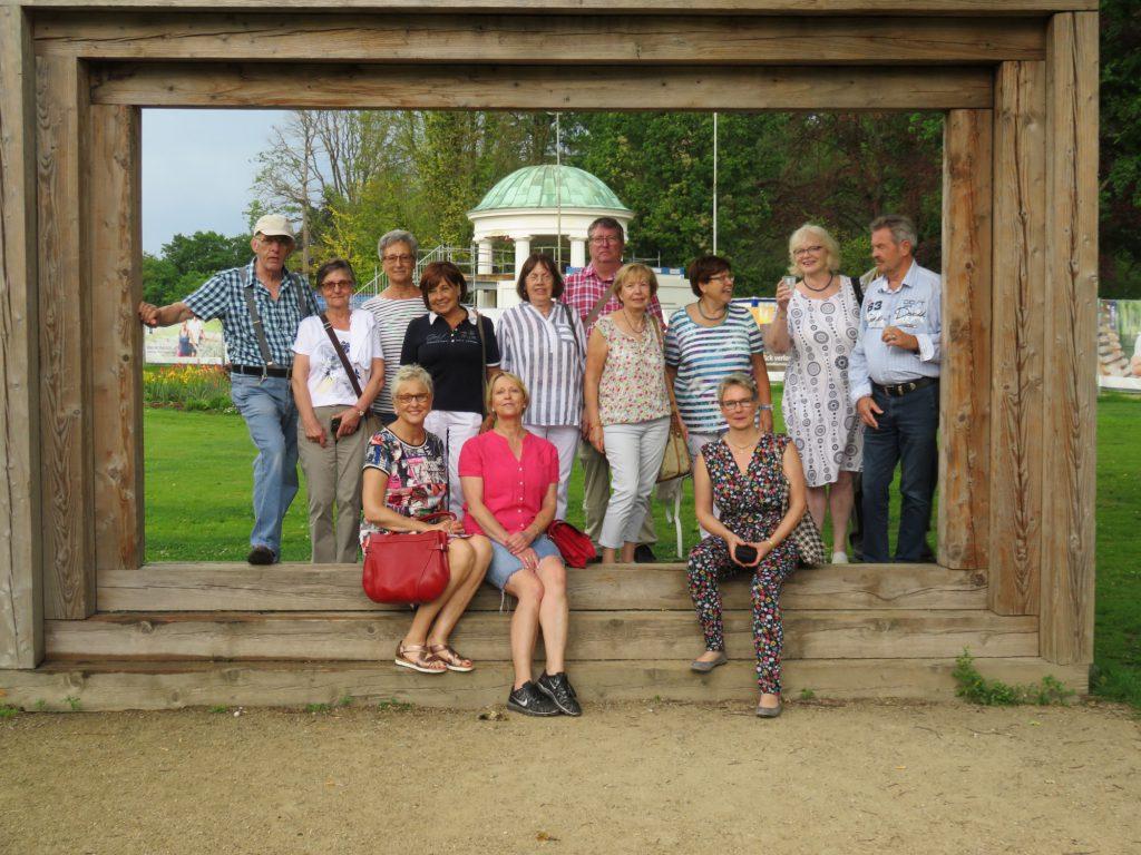 Die Ausflügler der HSC-Seniorengruppen im Kur- und Landschaftspark von Bad Salzuflen. (Foto: privat)