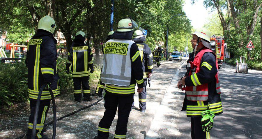 Beide Löschzüge der Feuerwehr der Gemeinde rückten zur Allee/Kirchstraße aus, wo heute (2. Juni) Nachmittag am Mehrgenerationenspielplatz ein Grünstreifen brannte. (Foto: F. Brockbals - Emscherblog)