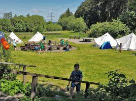 Gleich nach der Ankunft gab es eine zünftige Wasserschlachtder Teilnehmer in und rund um das Zeltlager. (Foto: JCH)