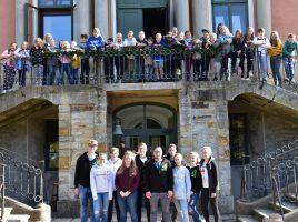 In den Herbstferien lädt die Ev. Jugend wieder zu einer Freizeit auf Schloss Baum bei Bückeburg ein: Das Gruppenfoto zeigt die Teilnehmer der Kinderfreizeit im Jahr 2018. (Foto: privat)