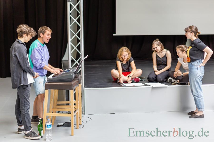Kim Friehs (2.v.l.) ist als künstlerischer Leiter für den Gesang und die Musik zuständig:  Hier bei der Gesangsprobe mit einigen Ensemble-Mitgliedern. (Foto: P. Gräber - Emscherblog)