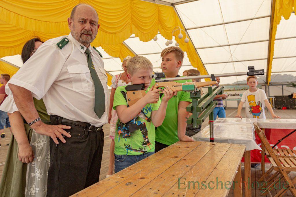 Tim Pechmann, hier beim Schießen mit dem Lasergewehr, wurde heute mit dem 92. Schuss neuer Kinderschützenkönig des BSV. (Foto: P. Gräber - Emscherblog)