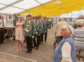 Zum Auftakt des Schützenfestes marschierte das amtierende Königspaar Andreas Gawlowski und Jennifer Kraus (3./4. v.li.) mit seinem Hofstaat und den Fahnenträgern ins Festzelt ein. (Foto: P. Gräber - Emscherblog)
