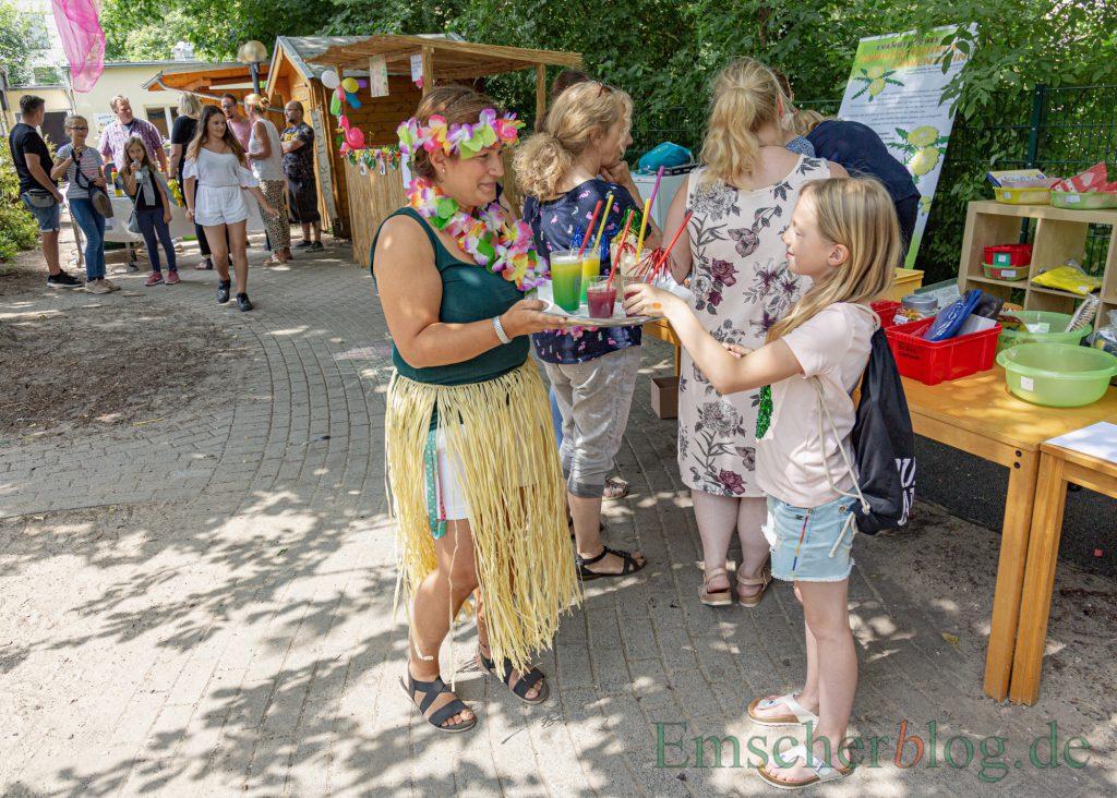 Genau das Richtige bei diesen Temperature: Wie hier für Aenna hielten die Gastgeber des Familienzentrums Löwenzahn auch für alle anderen Besucher ihres Sommerfestes fruchtige Erfrischungsgetränke bereit. (Foto: P. Gräber - Emscherblog)