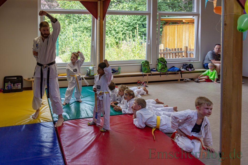 Die  Karate-Kids des Familienzentrums zeigten den interessierten Eltern, was sie beim wöchentlichen Training mit Karatelehrer Christian Wintzer schon gelernt haben. (Foto: P. Gräber - Emscherblog)