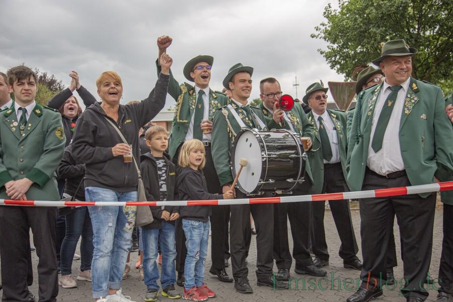 Die Kompanien der jeweiligen Anwärter machten richtig gut Stimmung beim Kaiserschie0en. (Foto: P. Gräber - Emscherblog)