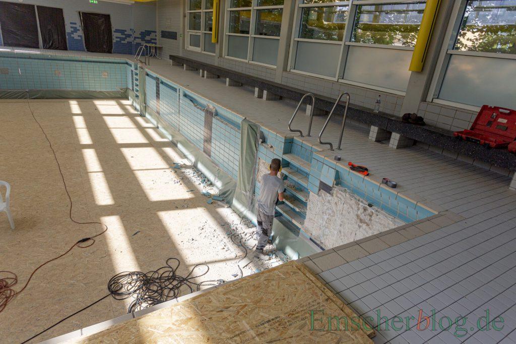 Die Sanierung der Kleinschwimmhalle schreitet voran: Im Becken oben werden die Fliesen erneuert, im Keller darunter die komplette Bädertechnik. (Foto: P. Gräber - Emscherblog)