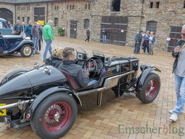 Das zweitälteste Fahrzeug im Feld ist dieser MG Open Tourer von 1937, den auch Moderator Lothar Baltrusch hier bewundert. (Foto: P. Gräber - Emscherblog)