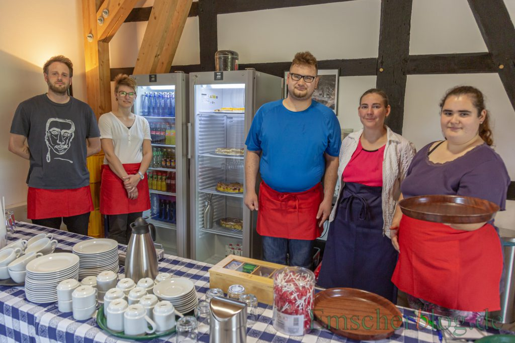 Das freundliche Serviceteam der wewole-Stiftung kümmert sich um die Gäste, angeleitet von Gruppenbleiter André Sittinger (li.) (Foto: P. Gräber - Emscherblog)