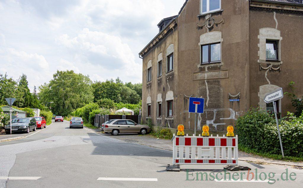 Trotz dieser Beschilderung ist die Landskroner Straße noch durchgehend befahrbar. Verkehrsteilnehmer ignorieren die Beschilderung auch prompt. (Foto: P. Gräber - Emscherblog)