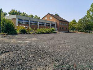Das Baufeld für den Anbau am Feuerwehrgerätehaus ist in zwischen verdichtet. Doch die Baumaßnahme läuft zeitlich und kostenmäßig aus dem Ruder. (Foto: P. Gräber - Emscherblog)