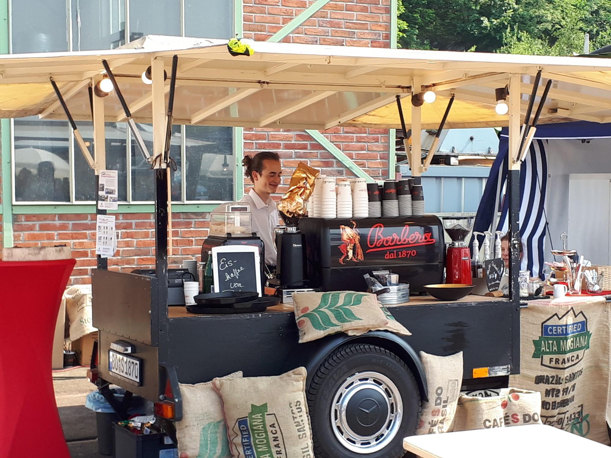 An der mobilen Espresso-Bar können sich Besucher von Haus Opherdicke mit leckerem Kaffee und mehr verwöhnen lassen. (Foto: privat)