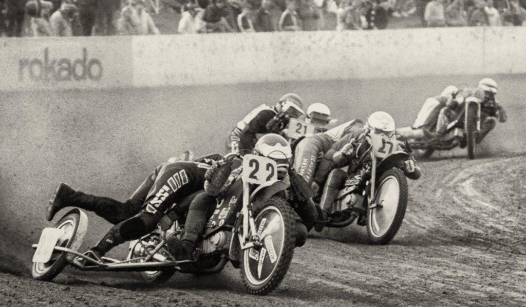 Die Grasbahnrennen boten spannenden Motorsport auf hohem Niveau und wurden von lokalen Sponsoren unterstützt. (Foto: Archiv)