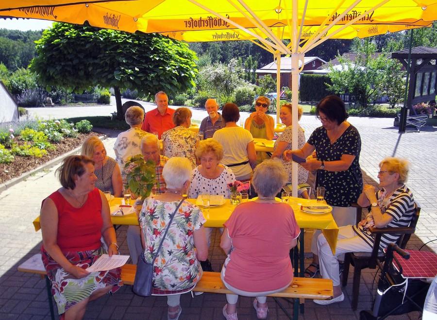 """Die Gruppe Gruppe """"Cafe Yesterday bei ihrem letzten Treffen  im Biergarten des Kleingartenvereins Am Oelpfad. (Foto: Karl-Heinz Lauer)"""