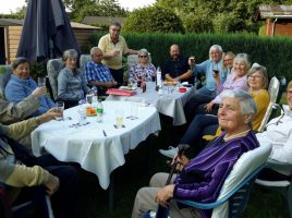 Mitglieder des Vereins Partnerschaft Holzwickede-Colditz bei ihrem 5. Stammtisch im Garten von Paul Schmidt. (Foto: privat)