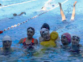 Schwimmerinnen aus Louviers mit der Rettungspuppe. (Foto: privat)