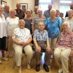 Fröhliche Runde trotz großer Hitze bei der Geburtstagsnachfeier im Seniorentreff