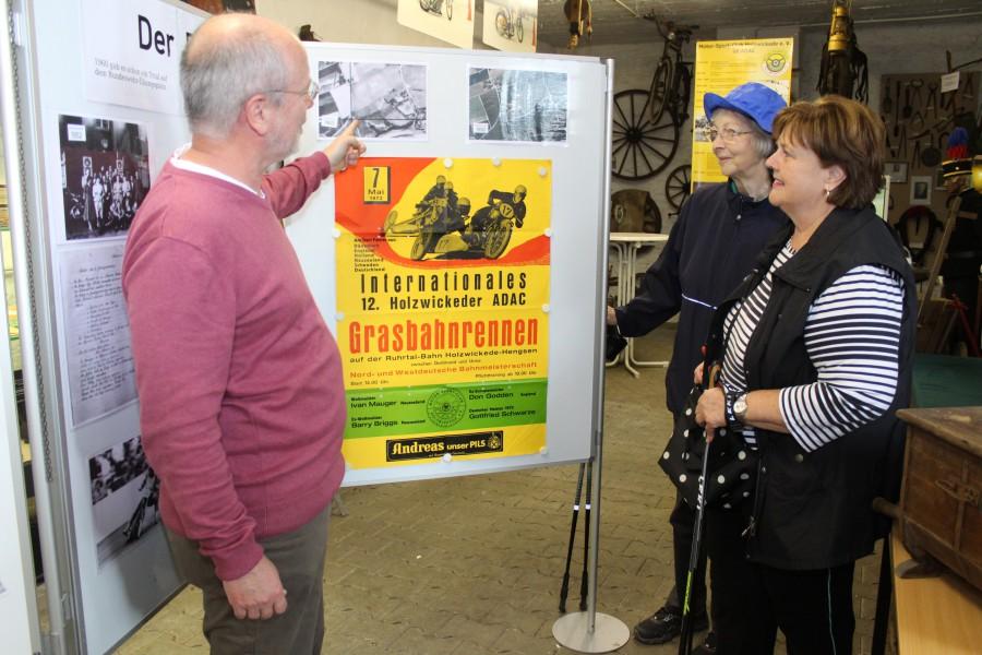 Andreas Heidemann erklärt zwei Besucherinnen der Ausstellung, wo genau die Ruhrtalbahn auf dem Truppenübungsplatz lag.  (Foto: F. Brockbals)