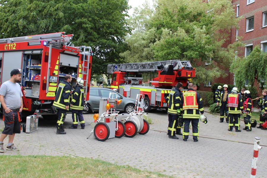 Die Feuerwehr der Gemeinde wurde heute zum Arnsberger Weg alarmiert, wo Rauch aus einer Wohnung in der 5. Etage drang.  Niemand wurde verletzt bei diesem Einsatz.  (Foto: Frank Brockbals)