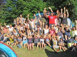 Für einige Kinder war es eine aufregende Premiere: Die Kinder und Eltern des Zeltlagers auf dem Gelände des Familienzentrums Löwenzahn am vergangenen Freitag. (Foto: privat)