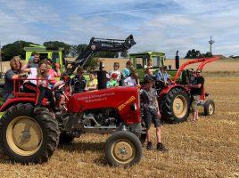 Die Schlüter und Schlepperfreunde organisierten heute (20.7.) erstmals einen Ferienspaß für die Kinder. Zum Einsatz kamen dabei der Spieltrecker Treddy und auch einige große Traktoren von Vereinsmitgliedern. (Foto: privat)