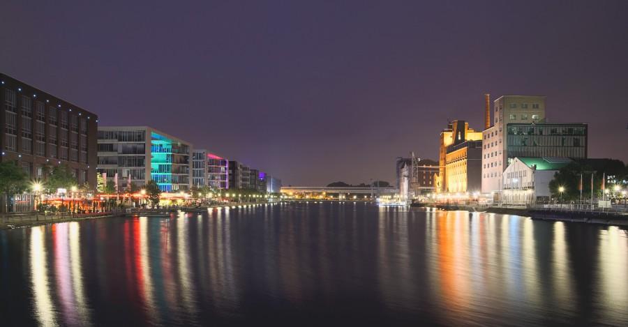Blick auf den Duisburger Hafen bei Nacht. (Foto: Evgeni Tcherkassi - Paxabay)