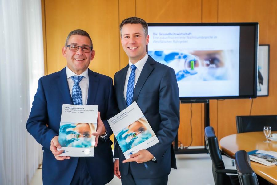 Die Autoren der IHK-Studie zur Gesundheitswirtschaft: IHK-Geschäftsführer Ulf Wollrath (l.) und IHK-Referent Patrick Voss. (Foto: IHK zu Dortmund - Stephan Schütze)