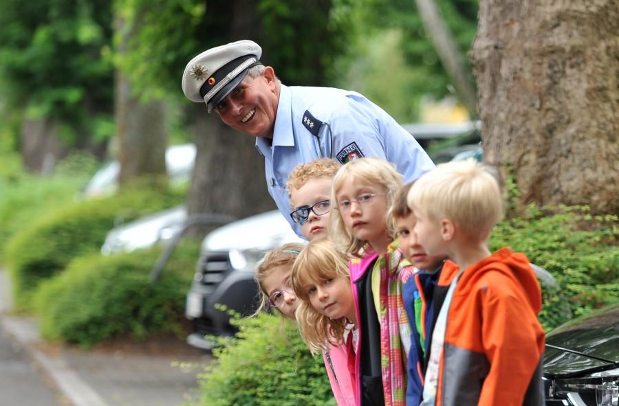 """Die Polizei bittet alle Autofahrer zum Schukbeginn: """"Augen auf und Fuß vom Gas!"""" Aber auch Eltern können etwas tun für die Sicherheit ihrer Kinder. (Foto: Polizei NRW)"""