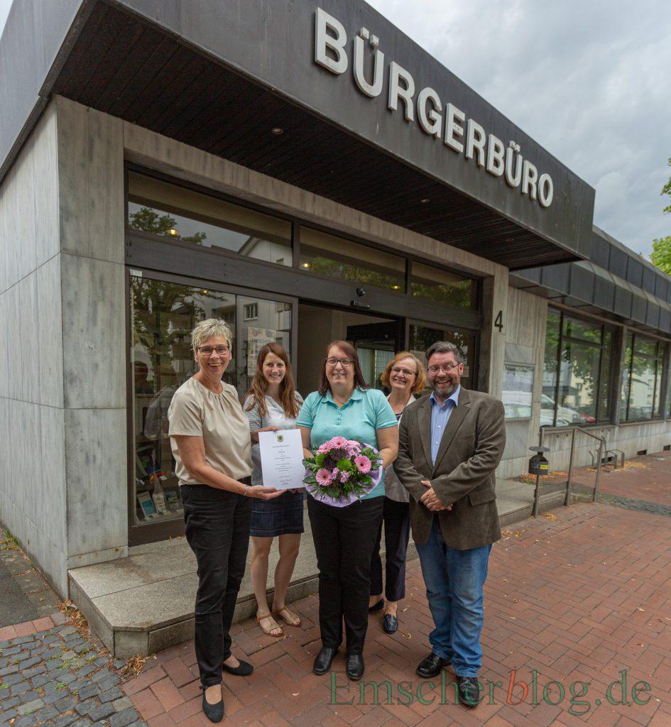 Gratulation zum Dienstjubiläum, v.l.: Bürgermeisterin Ulrike Drossel, Linda Stieler (komm. Fb-Leiterin), Andrea Brune, Iris Bast (Personalratsvorsitzende) und Teamleiter Torsten Doennges. (Foto: P. Gräber - Emscherblog)
