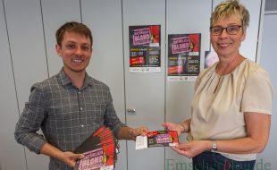 """Kim Friehs (l.) überreichte Bürgermeisterin Ulrike Drossel heute die Ehrenkarten für die Premiere des Musicals """"Natürlich blond"""" des Musicalvereins Vorhang auf! Holzwickede. (Foto: P. Gräber - Emscherblog)"""