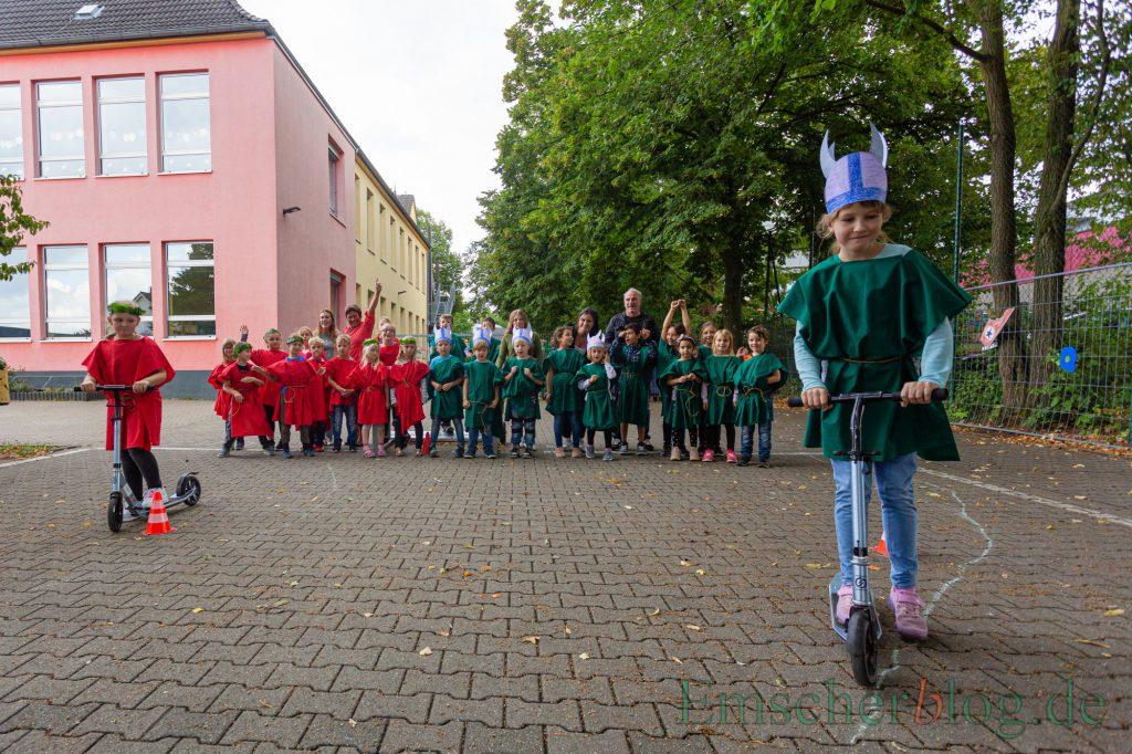 Die Römer (rot) und Gallier (grün) wetteifern täglich bei anderen Prüfungen um die Sterne für ihre Fahnen: hier beim Slalom mit dem Roller. (Foto: P. Gräber - Emscherblog)