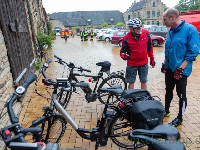 Erfahrungsaustausch nach absolviertem Rundkurs: Fachsimpeln lässt sich auch bei schlechtem Wetter. (Foto: P. Gräber - Emscherblog)