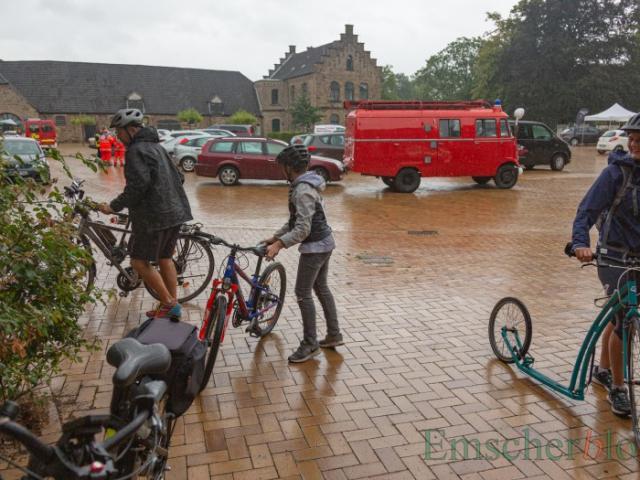 Zielankunft im Regen: Auch diese dreiköpfige Familie hielt das miese Wetter nicht davon ab, zumindest den 20 km-Rundkurs zu absolvieren. (Foto: P. Gräber - Emscherblog)