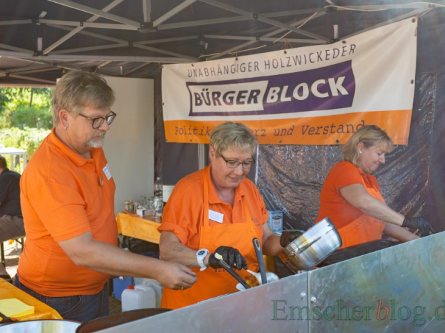 Mitglieder des Bürgerblocks verkauften am eigenen Stand Reibeplätzchen beim Emscher Food.  (Foto: P. Gräber - Emscherblog)