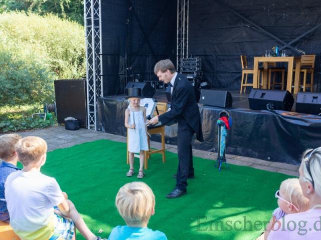 Der Zauberer Mr. Tom unterhielt die Kinder mit seinen Zaubertricks und auch die Erwachsenen amüsierten sich köstlich.  (Foto: P. Gräber - Emscherblog)