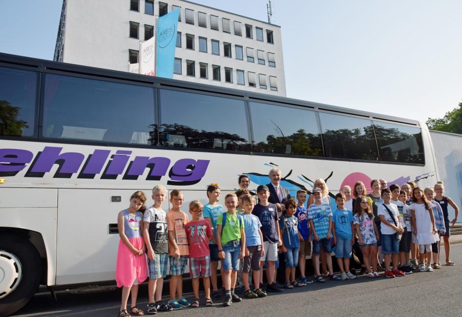 Landrat Michael Makiolla begrüßte die Kinder gemeinsam mit Kinder-Uni-Organisatorin Martina Bier und Sabine Leiße (Leiterin Planung und Mobilität) im Kreishaus, bevor es auf die Fahrt nach Dortmund ging. (Foto: Fabiana Regino – Kreis Unna)