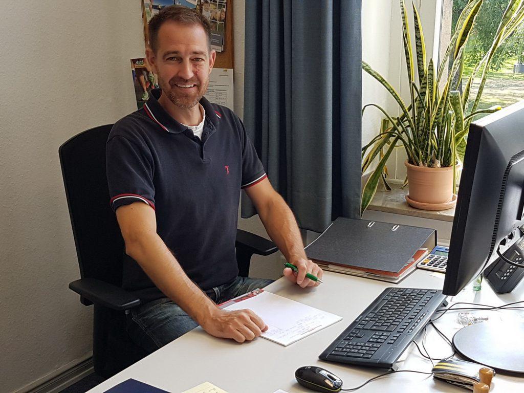 Freut sich auf die Herausforderungen beim KreisSportBund: Björn Hebbeler an seinem neuen Arbeitsplatz beim KSB. (Foto: KSB Unna)