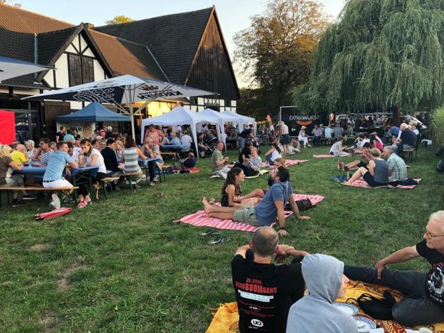 Viele Besucher nutzten den schönen Sommerabend, um es sich auf den bereitgelegten Picknick-Decken gemütlich zu machen. (Foto: K. Cikes)