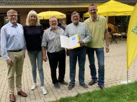 Ehrung für den Jubilar beim Sommerfest, v.l.: Jochen Hake, Susanne Schneider (MdL), Fritz Bernhardt und der Jubilar Friedhelm Hahne sowie Lars Berger. (Foto: privat)