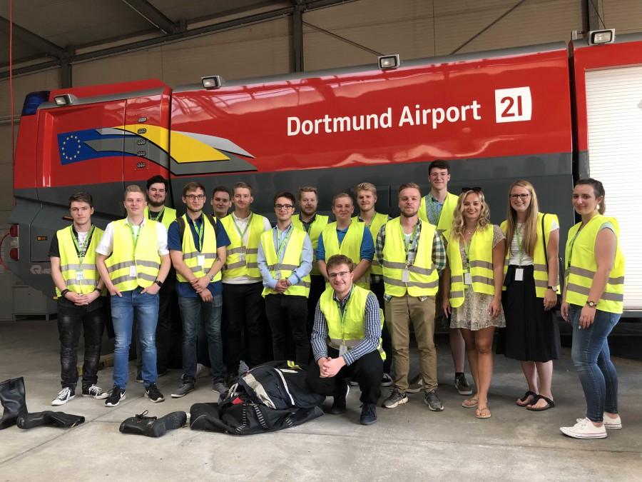 Die Mitglieder der Jungen Union bei ihrem Besuch im Dortmunder Flughafen. (Foto: JU Kreis Unna)