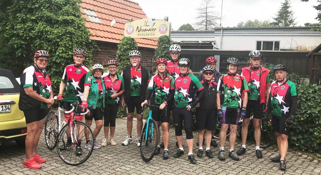 Die Radsportler des HSC vor dem Start in Xanten zu ihrer Trainingsrundfahrt. (Foto: privat)