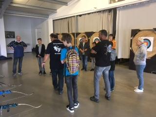 Die Holzwickeder Jugendlichen konnten den ganzen Nachmittag mit Pfeil und Bogen, aber auch mit dem Blasrohr üben,. (Foto: privat)