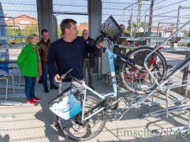 Stefan Rose, Betriebsleiter der AWO Radstationen, hier, wie selbst schwere E-Räder in der oberen Etage der neuen Radstation am Bahnhof abgestellt werden können. (Foto.- P. Gräber - Emscherblog)