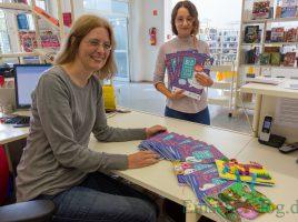 Zieht eine positive Bilanz des Sommerleseclubs: Kristina Truß (l.) und die neue FSJ-Mitarbeiterin Awesta Yildiz mit den Logbüchern der Teilnehmenden. (Foto: P. Gräber - Emscherblog)