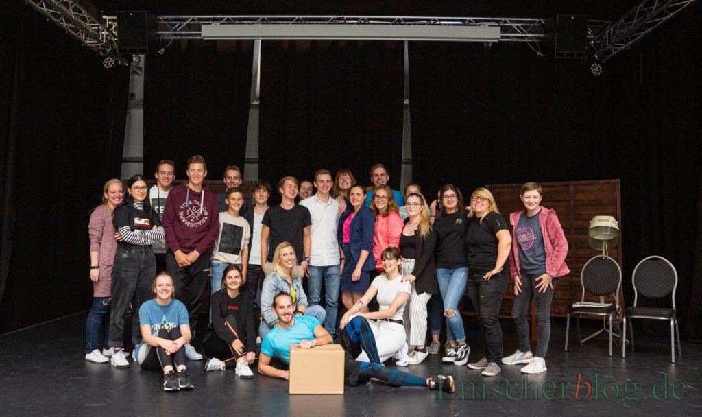 """Fiebern der Premiere des Musicals """"Natürlich blond! entgegen: das Ensemble des Vereins Vorhand auf! Holzwickede. (Foto: P. Gräber - Emscherblog)"""