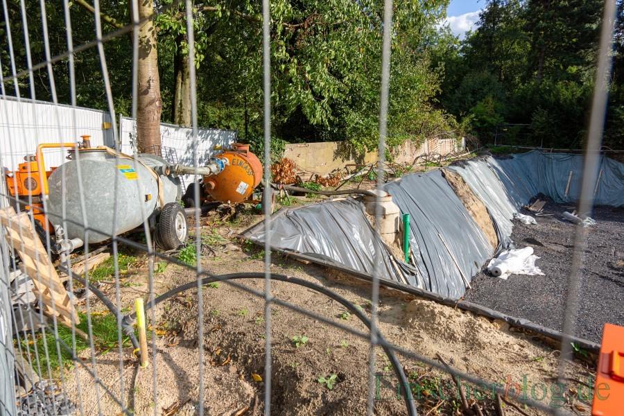 Seit einigen Wochen schon wird das Grundwasser aus der Baugrube an der Hauptstraße 31  rund um die Uhr  in die Kanalisation gepumpt. Die wasserrechtliche Genehmigung des Kreises dafür liegt vor. (Foto: P. Gräber - Emscherblog.de)